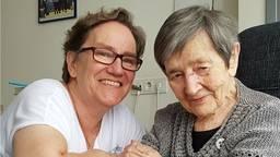 Jo van de Westelaken-Van Luijtelaar (rechts) en haar dochter op haar 108e verjaardag. (Foto: Familie vd Westelaken)