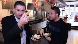 Verslaggever Ronald Sträter eet een frietje met oud-NAC'er Ronnie Stam.