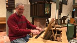 Johan Schmidt achter zijn zelfgemaakte houten pijporgel. (foto: Paul Giezen)