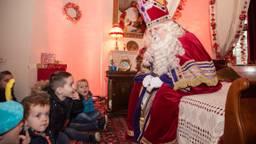 De kinderen mogen een kijkje nemen op de slaapkamer van Sinterklaas (foto: Kevin Cordewener)
