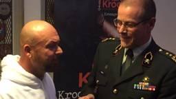 Marco Kroon met de commandant landstrijdkrachten Leo Beulen die zijn eerste boek kreeg (foto: WJ Joachems)