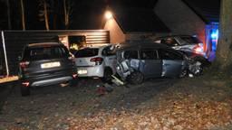De Mercedes ramde meerdere auto's en belandde tegen de gevel. Foto: 112nieuwsonline