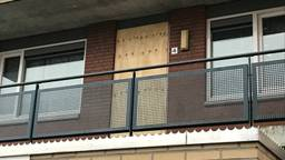 De deur van het appartement aan de Amerstraat in Breda is ondertussen dichtgetimmerd. (Foto: Eva de Schipper)