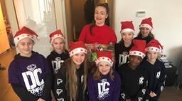 Dansjuf Dimphy met haar leerlingen