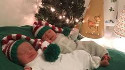 Florence en Samira (geen familie) waren het cadeautje bij de kerstboom.