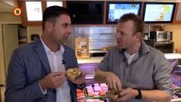 Verslaggever Ronald Sträter eet frietje speciaal met trucker Gerard de Rooy.