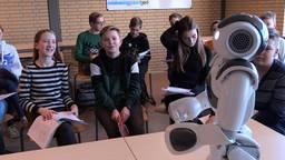Robot Nao houdt als docent zijn klas bij de les en de scholieren vinden het prachtig