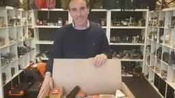 Directeur Bart Poierrié van Kerstpakketten.nl met zijn populairste pakket (Foto: Collin Beijk)
