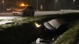 In Dongen schoof een auto de sloot in. (Foto: Jeroen Stuve)