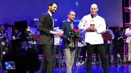 Thijs Berkers (rechts) van Oonivoo ontvangt de nieuwe restaurantgids voor 2019 van Michelin (Foto: Robèrt Cooijmans)