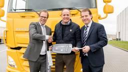 Harry Wolters (DAF Trucks, links), Willem van der Leegte (VDL Groep, rechts) en Frits van Eerd (Jumbo). (Foto: VDL Groep)