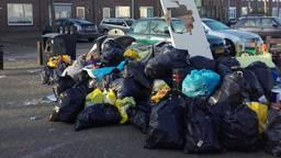 Stapels bijgeplaatste vuilniszakken in Tilburg.