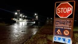 De auto raakte te water bij de veerpont tussen Vierlingsbeek en Bergen. (Foto: Hannelore Struijs/Omroep Brabant)