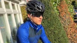 Glenn Coldenhoff voor het eerst na zijn zware crash weer naar buiten voor een fietstraining