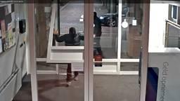 De toegangsdeur van het gemeenschapshuis in Venhorst wordt er, hup, zo uitgetild