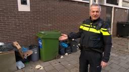 Wijkagent Cees komt afval tegen op het Verdiplein in Tilburg.