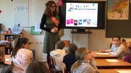 Schrijfster Anja Vereijken geeft les aan groep 6 van basisschool Mozaïek in Helmond.