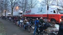 De dichte spoorbomen veroorzaakten een lange file in Oisterwijk. (Foto: Ilse Schoenmakers)