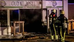 De brandweer bluste het vuur in het eetcafé. (Foto: GinoPress/Danny van Schijndel)