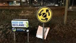 Geel-zwarte borden op rotondes in Tilburg. (Foto: Twitter)