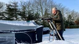 De voortent sneeuwvrij maken. (foto: Youssef Zerrouk)