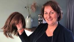 Jeannie van Nuenen met de pruik die zij tijdens haar ziekte een half jaar gedragen heeft (Foto: Imke van de Laar)