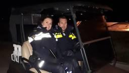 De politieagenten in het golfkarretje. (Foto: Instagram Politie Den Bosch)