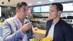 Verslaggever Ronald Sträter eet een frietje met Freek Heerkens van Willem II.
