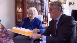 De 105-jarige Rietje van Tuijn-Smulders met burgemeester Jorritsma. (foto: Eva de Schipper)