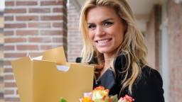 Nicolette van Dam deelt de prijzen uit (Foto: Nationale Postcode Loterij)