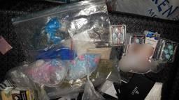 De politie vond erectiepillen, viagra, hennep en illegale sigaretten. (Foto: facebook @politiegilzerijen)