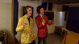 Robin Stam (links) en Roel van der Kwast (rechts) zingen uit volle borst