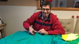 Jan van Hoogstraten werkt aan zijn outfit voor zaterdag. (Foto: Florian van Velthoven)