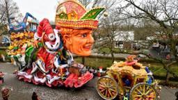 'Hoog bezoek' in Prinsenbeek: Koning Willem Alexander en de gouden koets. (Foto: Erald van der Aa)