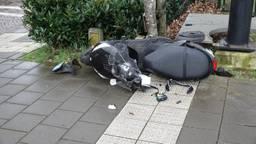 De scooter is beschadigd door de aanrijding. (foto: Bart Meesters / Meesters Multi Media)