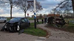 De auto belandde op zijn kop in de sloot (Foto: Anja van Beek)