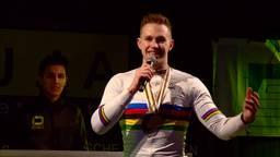Harry op het podium tijdens de huldiging. (foto: Omroep Brabant)