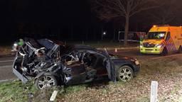 De auto zou tegen een boom zijn gereden. (foto: Bart Meesters / Meesters Multi Media)