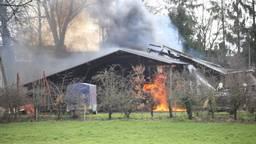 Loods vliegt in brand (Foto: Marco van den Broek)