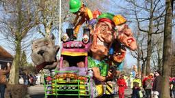 Imposante carnavalswagen door de straten van Wouwse Plantage (foto: Karin Kamp)