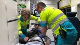 Dinanda en Leon aan het werk in de zorgambulance (de man op de foto is geen echte patiënt)
