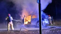 Auto vliegt in brand in Hulsel, chauffeur blijft ongedeerd