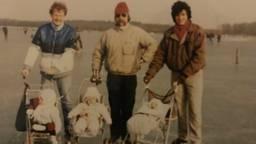 Hans Neutkens (midden) in 1986 op het ijs (op deze foto niet in Hindeloopen). (Foto: Hans Neutkens)