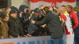 Spelers proberen de fans te kalmeren. (Foto: OrangePictures)