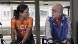 Marianne Vos op de fiets in gesprek met Brabantse lijsttrekkers. (Foto: Video Team Brabant Sport)