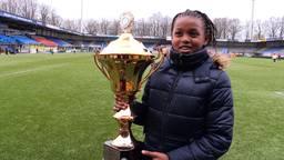 Fatim Bah won vrijdag een grote, gouden beker tijdens het Waalwijks Kampioenschap (WK) tikkertje.