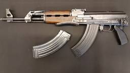 Het betreffende geweer, een AK-47. (Foto: politie)