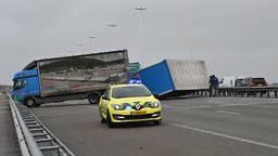 De gekantelde vrachtwagen. (Foto: Tom van der Put/SQ Vision)