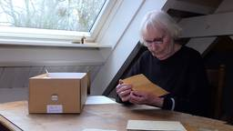 Mies leest de brieven nog altijd met plezier. (foto: Raymond Merkx)
