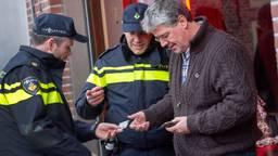 Agenten controleren iemand op straat. (Foto: politie.nl)
